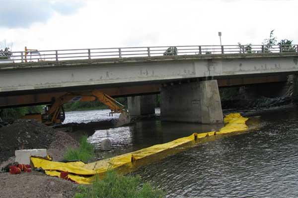 Kistdam in de rivier werkt duiker