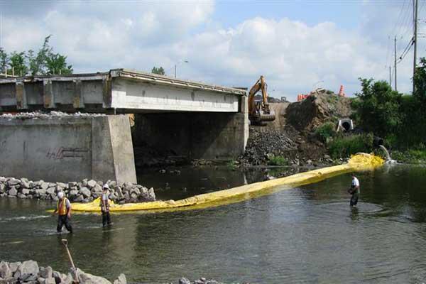 Kistdam in de rivier voor brugpaalwerkzaamheden