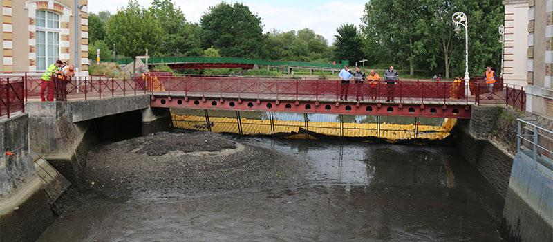 Opdrogen van het toevoerkanaal van de oude hydraulische installatie van Le Mans. Huisnes rivier. Zicht op het ontwaterde gebied stroomafwaarts van het scherm.