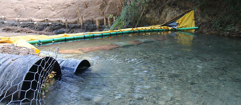 Afwatering van de CARAMY-rivier door flexibele Water-Gate © dam. The Foresters Company