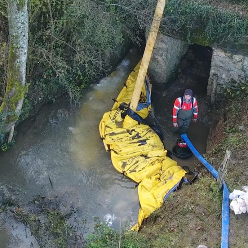 Reparatie van een liggerbrug. U-vormige installatie van twee Water-Gate © flexibele kofferdammen WA-2835.