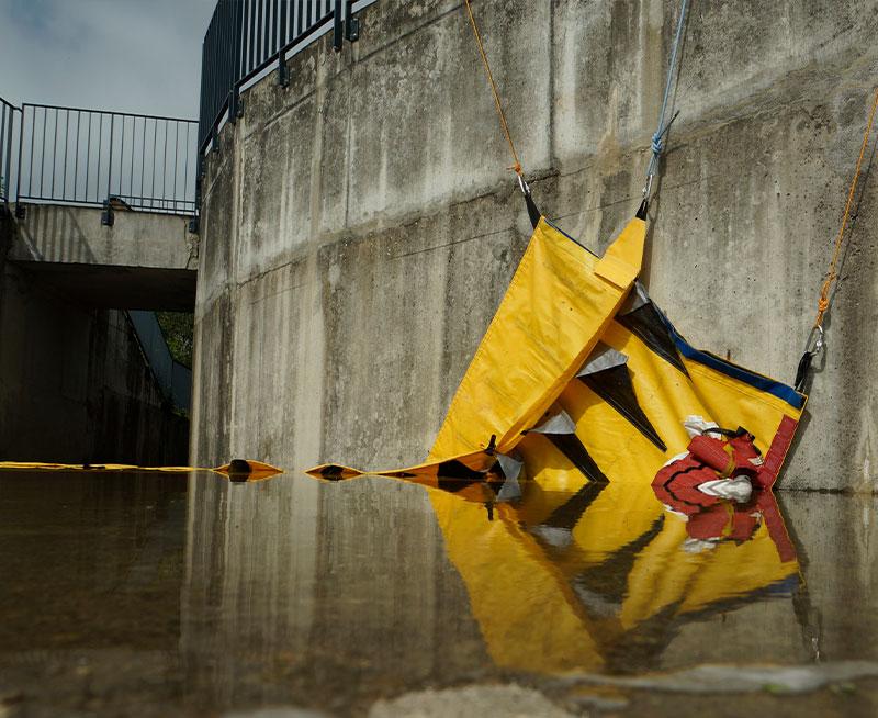 Bevestigen van een Water-Gate© flexibele bouwkuip tegen een muur met een open hoek.