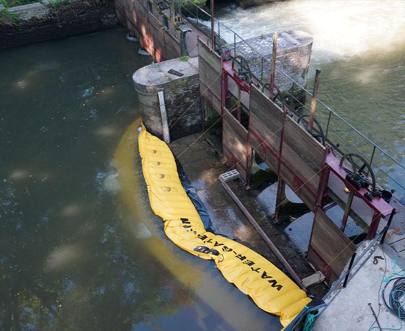 Herstel van het ziften van de Moulin de Pidou 15e eeuw | Flexibele Water-Gate © bouwkuip WA-2850. Uitzicht vanaf de molen.