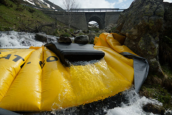 Flexibele Water-Gate © kofferdam geïnstalleerd op een arm van een bergrivier met de DS-1200 oppervlaktestuw zonder zijn flexibele buis.