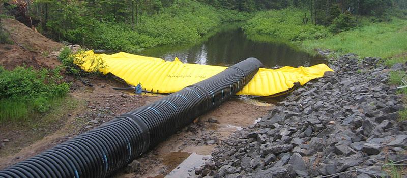 Flexibele Water-Gate © kofferdammen voor werkzaamheden in rivieren. Verwijderbare dam met bypass door pijpleiding.