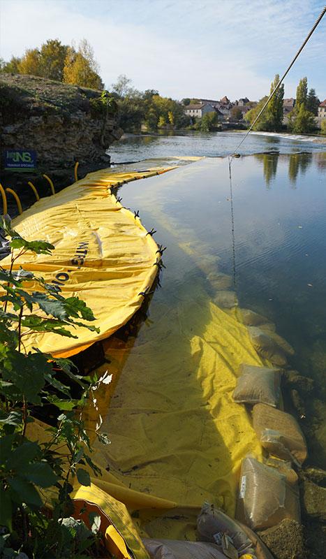 Flexibele bouwkuip Water-Gate ©. Rivierproject. Brug over de renovatie van de Doubs. Dole