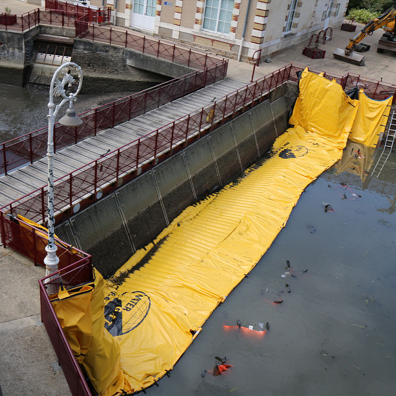 Opdrogen van het toevoerkanaal van de oude hydraulische installatie van Le Mans. Huisnes rivier.