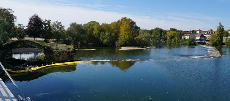 Flexibele kofferdammen Water-Gate© geïnstalleerd als verlengstuk van de drempel van Dole op de Doubs voor de reparatie van een boog die is geclassificeerd als historisch monument