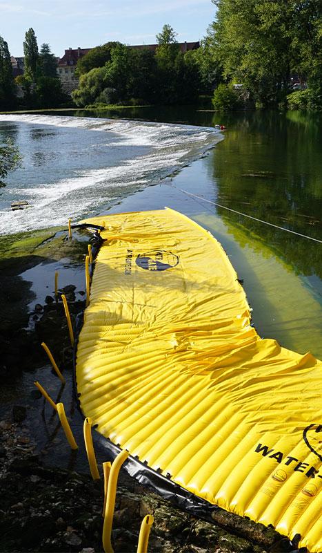 Flexibele kofferdammen Water-Gate© geïnstalleerd op de grote drempel van de Doubs in Dole du Jura.