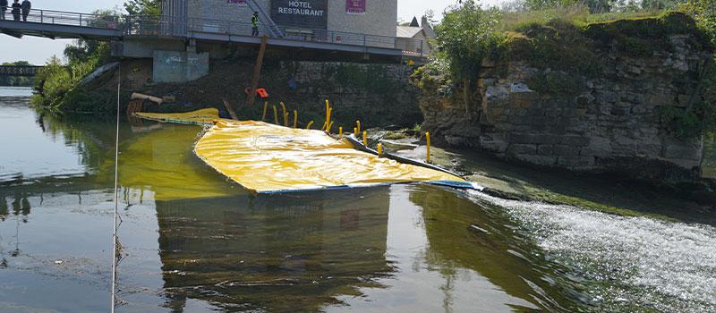Flexibele kofferdammen Water-Gate© geplaatst in het verlengde van de drempel van Dole aan de Doubs. Uitzicht vanaf de drempel.
