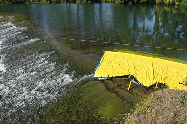 Water-Gate© WA-6050 kofferdam, waarvan het uiteinde sterft op een vlakke, lage drempel.